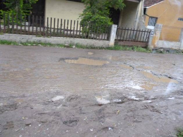 Jalan di depan rumah